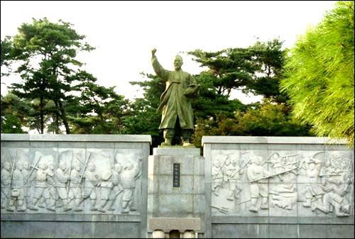 황토현 전적기념관 전봉준 장군 동상. 황토현 전적기념관 전봉준 장군 동상.